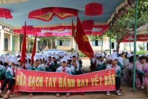 """Học sinh tham gia ngày hội """"Vệ sinh môi trường""""-năm 2013"""