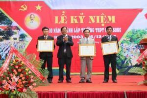 Đ.c Trương Anh-TUV, Giám đốc Sở GDĐT trao bằng khen của Bộ GDĐT cho tập thể, cán bộ trường