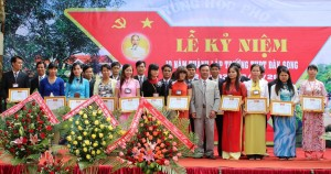 Đ.c Lê Nhơn -Nguyên hiệu trưởng Nhà trường tặng giấy khen của Sở GDĐT Đăk Nông cho GV đạt thành tích cao trong công tác dạy học