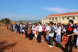 Các đồng chí Lãnh đạo Sở GDĐT tặng cờ lưu niệm cho các đoàn tham gia hội thi