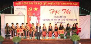 Đ/c Trương Anh-TUV, GĐ Sở GDĐT tặng cờ cho các đoàn đạt giải tại hội thi