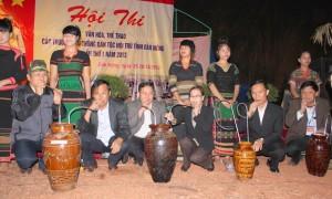 Đống chí Điểu K'Ré-UVDK Trung ương Đảng, Chủ tịch HĐND tỉnh cùng các đồng chí lãnh đạo uống rượu cần ở đêm lửa trại