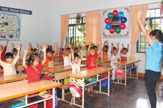 Giáo viên hướng dẫn trẻ mới vào lớp 1 chơi trò chơi để phát huy tính tích cực, chủ động
