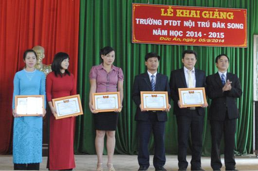 Đồng chí Lê kim Huy trao Giấy khen của Sở Giáo dục-Đào tạo cho các tập thể đạt thành tích xuất sắc trong năm học 2013-2014