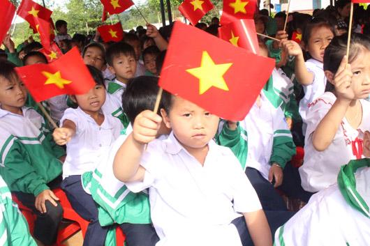 Học sinh Trường tiểu học Lê Hồng Phong, xã Đắk Búk So (Tuy Đức) hân hoan khai giảng năm học mới