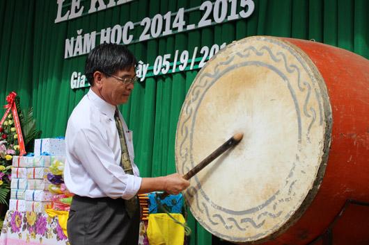Đồng chí Trần Phương đánh trống khai giảng năm học mới
