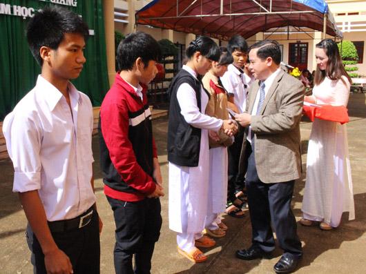 Đồng chí Điểu K'Ré trao học bổng cho học sinh vượt khó, học giỏi của Trường Phổ thông DTNT N'Trang Lơng