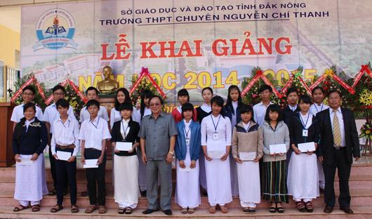 Đồng chí Lê Diễn trao học bổng cho học sinh vượt khó học giỏi