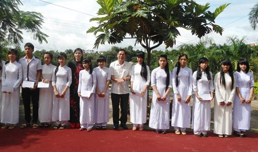 Đồng chí Nguyễn Bốn trao học bổng cho các em học sinh vượt khó học giỏi của Trường THPT Gia Nghĩa