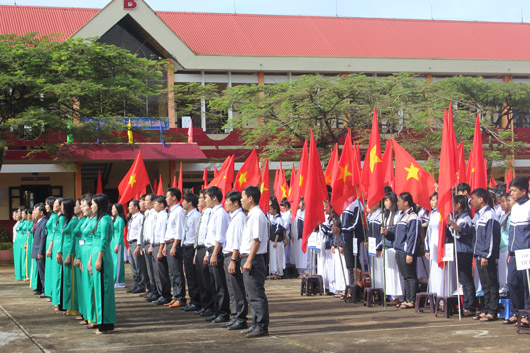 Toàn cảnh lễ chào cờ khai giảng năm học mới tại Trường THPT Phạm Văn Đồng (Đắk R'lấp)
