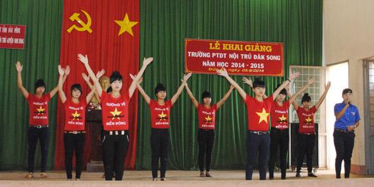 Học sinh Trường Phổ thông DTNT Đắk Song biểu diễn văn nghệ