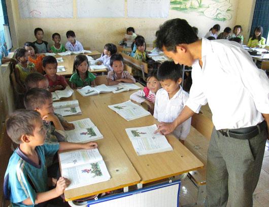 Giờ học của các em học sinh Trường tiểu học Vừ A Dính, xã Đắk Som (Đắk Glong)