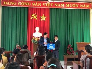 Lãnh đạo Sở thăm và tặng quà cho các cơ sở giáo dục tiểu học trên địa bàn tỉnh