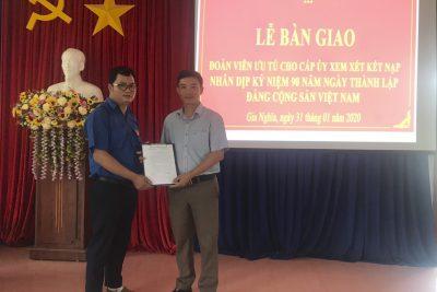 Bàn giao danh sách Đoàn viên ưu tú cho cấp ủy Đảng nhân dịp kỷ niệm 90 năm Ngày thành lập Đảng