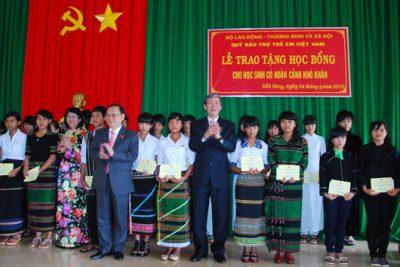 Đồng chí Đinh Thế Huynh trao học bổng cho học sinh vượt khó, học giỏi