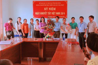 Lãnh đạo UBND tỉnh Đắk Nông thăm và tặng quà cho các cháu tại Trung tâm hỗ trợ phát triển giáo dục hòa nhập tỉnh ngày người khuyết tật Việt Nam